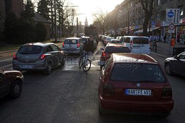 Berlin  Deutschland  Fahrradfahrer faehrt entgegen der Fahrtrichtung zwischen im Stau stehenden Autos hindurch