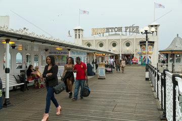 Brighton  Grossbritannien  Brighton Pier  die einzig verbliebene Seebruecke vor Ort