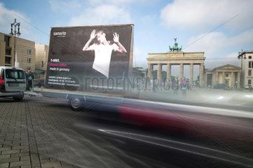 Berlin  Deutschland  Guerilla-Marketing waehrend der Fashionweek am Pariser Platz