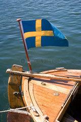 Hamburgsund  Schweden  eine Schwedenfahne flattert an einem Segelboot