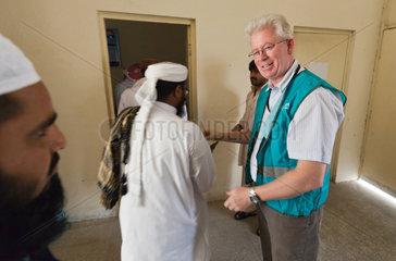 Sah Jamal  Pakistan  Alan Fletcher der Hilfsorganisation ADRA begruesst Imame