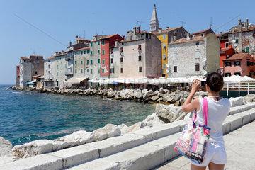 Rovinj  Kroatien  Touristin fotografiert die Haeuser am Ufer der Adria