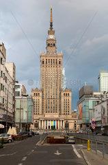 Warschau  Polen  der Kulturpalast im Stadtzentrum in der Morgendaemmerung