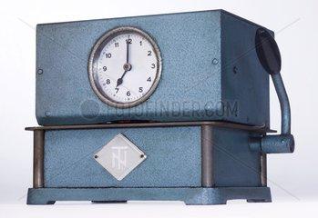 alte Stempeluhr  Stechuhr  1953