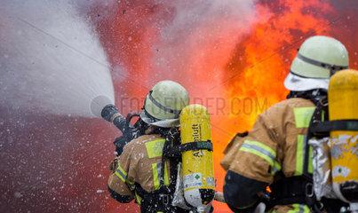 Berlin  Deutschland  Loescharbeiten der Feuerwehr bei einem Wohnungsbrand