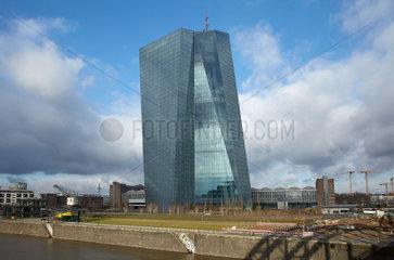 Frankfurt am Main  Deutschland  das Gebaeude der EZB an einer Glastafel