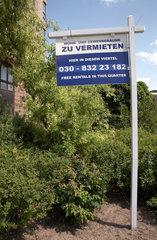 Berlin  Deutschland  Schild zur Vermietung von Wohn- und Gewerberaeumen