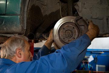 Posen  Polen  Auswechslung einer Bremsscheibe in einer Citroen-Werkstatt