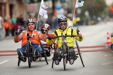Berlin  Deutschland  Rollstuhlfahrer bei der Teilnahme am Marathon