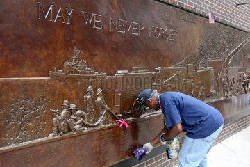 New York  USA  Mann putzt eine Gedenktafel am Ground Zero