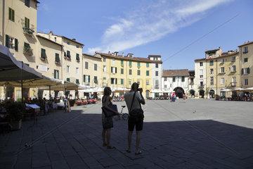 Lucca  Italien  Menschen auf der Piazza dell anfiteatro