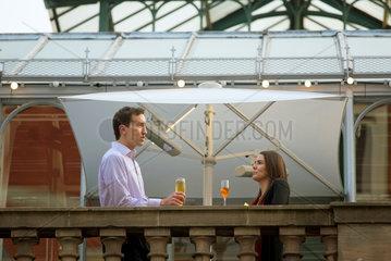 London  Grossbritannien  ein Paar in der Bar Punch & Judy im Covent Garden Market