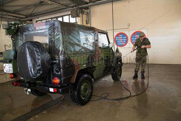 Muellheim  Deutschland  Soldat waescht einen Jeep in der Robert-Schuhmann-Kaserne