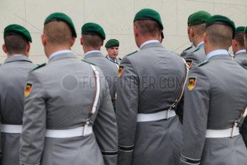 Berlin  Deutschland  Soldaten des Wachbataillon exerzieren im Ehrenhof des Bundeskanzleramtes
