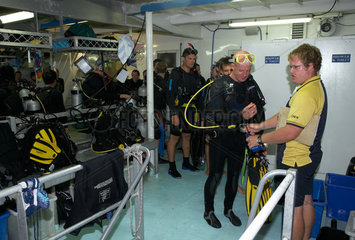 Cairns  Australien  Taucher vor dem Tauchgang auf einem Tauchschiff