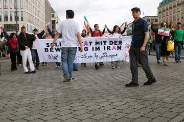 Berlin  Deutschland  protestierende Iraner auf dem Pariser Platz