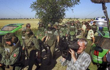 19990728 Schwerverbrecher  Serienmoerder Dieter ZURWEHME wird mit grossem Polizeieinsatz  Durchkaemmen eines Maisfeldes und anliegendem Waldstueck  erfolglos gesucht