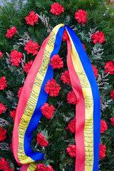 Oradea  Rumaenien  Kranz mit Schleife fuer einen gefallenen Revolutionaer von 1989