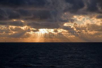 Cuxhaven  Deutschland  bewoelkter Himmel ueber dem Wattenmeer