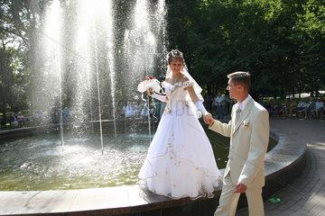 Gomel  Weissrussland  Hochzeitspaar am Springbrunnen