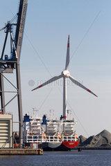 Emden  Deutschland  drei Containerschiffe liegen auf Reede im Emder Binnenhafen