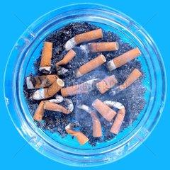 voller Aschenbecher  Zigarettenrauch