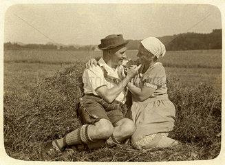 Liebespaar auf dem Land  Bayern  1929