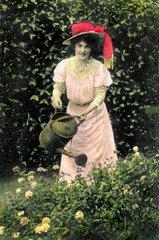 Frau beim Blumen giessen  1907
