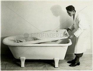 Mann mit Badewanne 1930