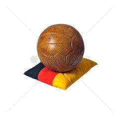 alter Fussball auf Deutschland-Kissen