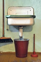 altes Waschbecken  undicht  Eimer untergestellt