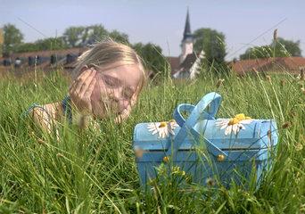 Maedchen liegt im Gras  Sommer  Hitze