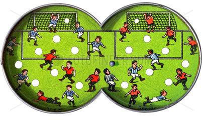altes Geduldsspiel Fussball  Vorder- u. Rueckseite zusammengefuegt