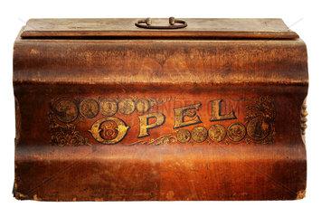 Opel  Opel-Naehmaschine  Deckel  um 1890