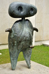 Bronze-Figur vor dem Miro-Museum in Barcelona  Spanien.