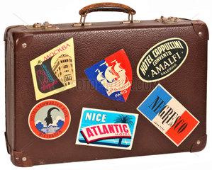 alter Reisekoffer mit Aufklebern  1963