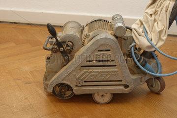 Parkett Schleifmaschine auf Eichen-Parkettboden.