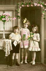 Kinder gratulieren zum Muttertag  1923