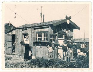 Familie im Schrebergarten  Haeuschen  1930