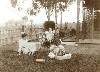 Kindermaedchen um 1910