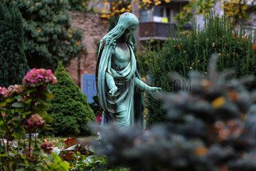 Berlin  Deutschland  Jesusfigur auf einem Grab auf dem Alten Luisenfriedhof