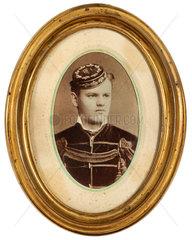 Studentenportraet im Rahmen  um 1880