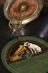 Grammophon spielt Schallplatte