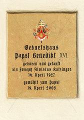 Gedenktafel am Geburtshaus Papst Benedikt XVI.  Marktl am Inn