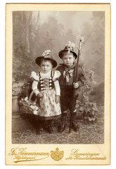 Geschwister  Doppelportraet in Tracht  1896