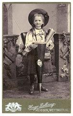 Schuelerin  Schultuete  1. Schultag  um 1902