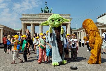 Berlin  Deutschland  Touristen fotografieren sich mit den Figuren von Star Wars