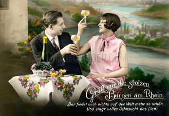Paar trinkt Wein am Rhein  um 1928