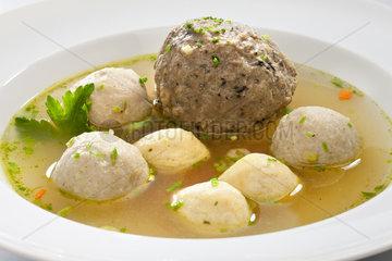 Riedlingen  Deutschland  geformte Fleisch- und Griesskloesschen in Bouillon