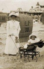 Kindermaedchen am Strand  um 1910